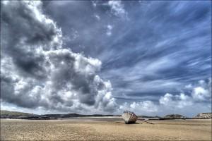 Meeresstrand mit altem Boot